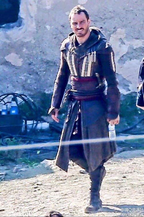 Fotografía a Michael Fassbender con traje que usa en Assassins Creed